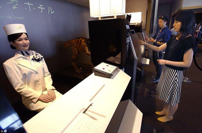 اخراج کارکنان اولین هتل رباتیک جهان+عکس