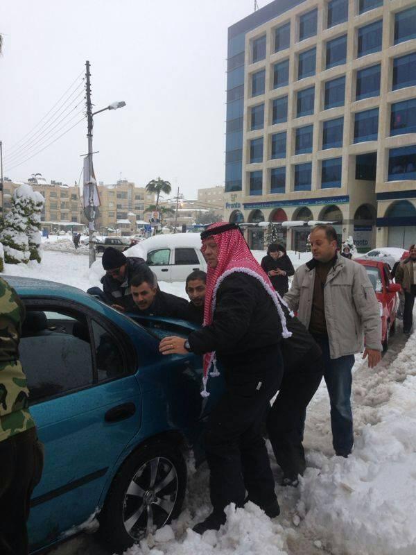 عبدالله دوم پادشاه اردن در حال هل دادن ماشین