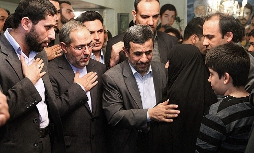 عکس:تسلیت عجیب احمدینژاد به مادر شهید!