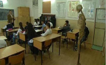 اسکلت معلم روی میز  دانش  آموزان+ تصویر
