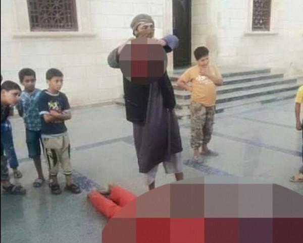 داعش سرباز لیبیایی را مقابل چشم کودکان سربرید+ تصاویر