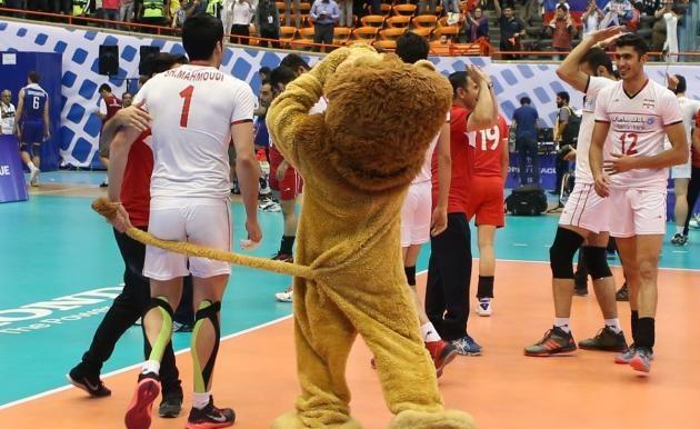 بازیکن تیم ملی والیبال با دُم شیر بازی کرد/عکس