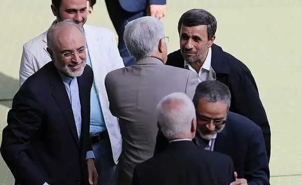 احوالپرسی احمدینژاد در حاشیه نماز عید فطر + تصاویر