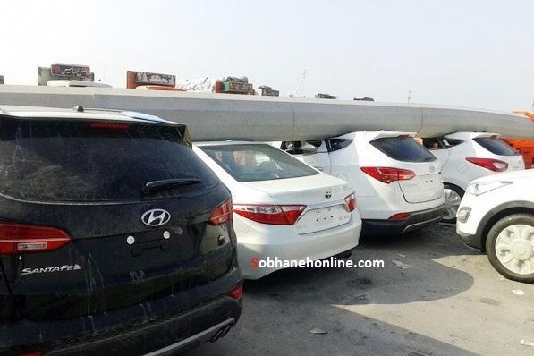 سقوط دکل روی خودروهای لوکس در بندر لنگه +عکس