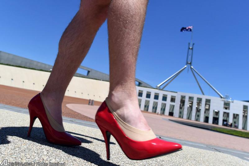 راهپیمایی مردان با کفش زنانه /عکس
