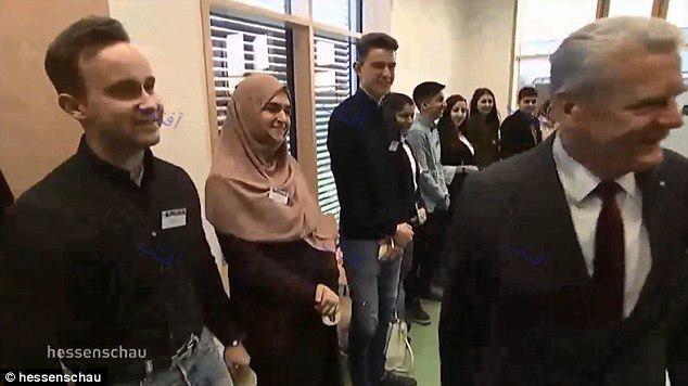 امتناع دانشآموز دختر مسلمان از دست دادن با رییسجمهور آلمان +تصاویر