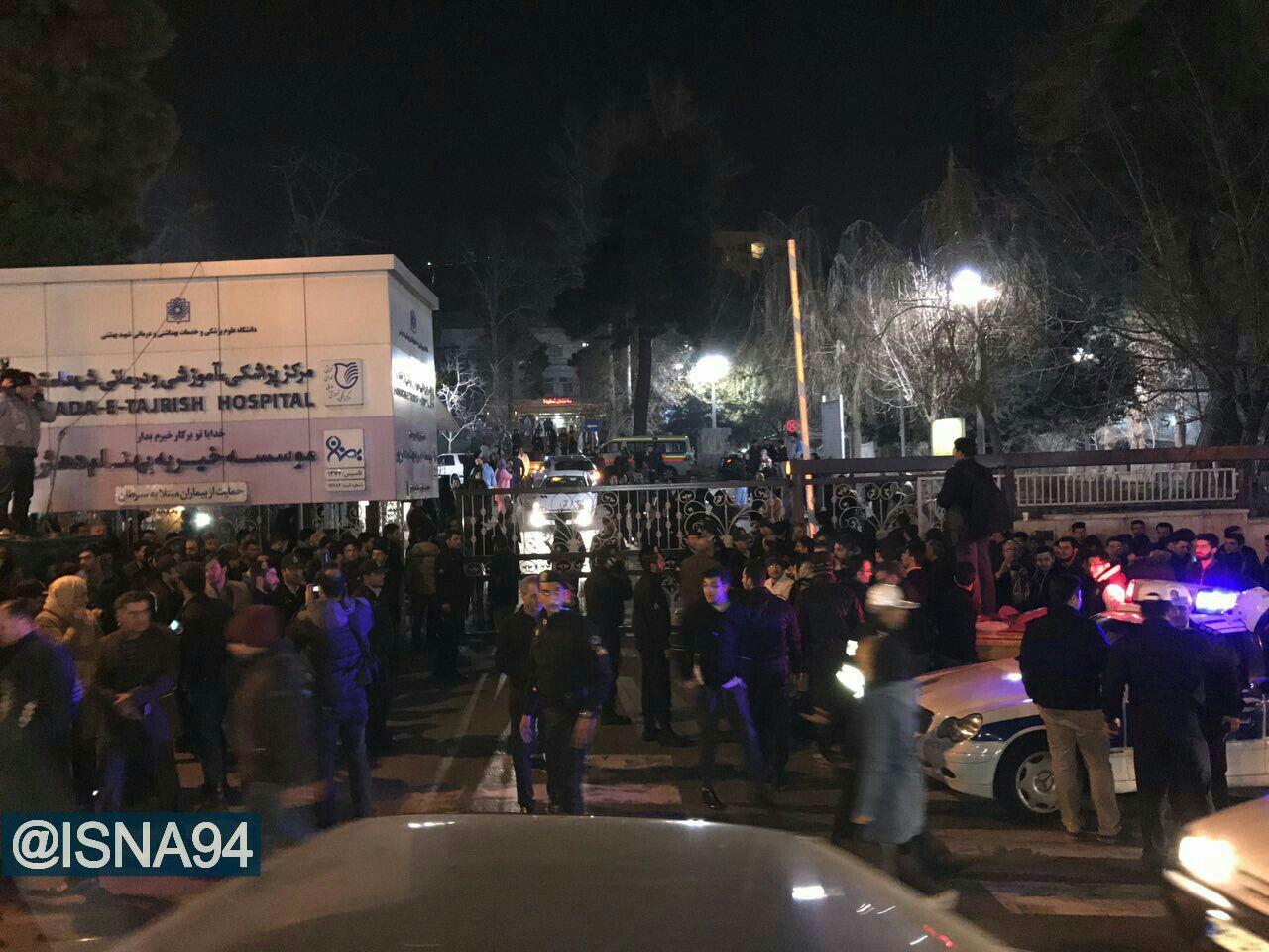 تصاویر/ تجمع مردم عزادار در مقابل بیمارستان شهدای تجریش