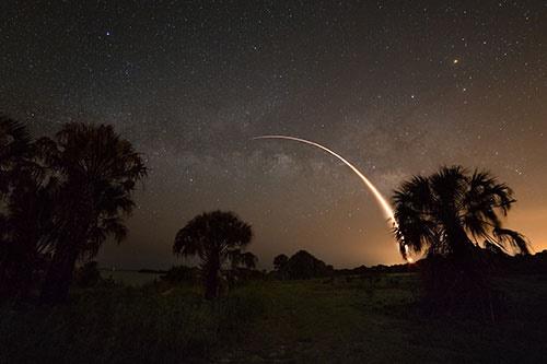 تصویر مشترک موشک فالکون 9 و کهکشان راه شیری/عکس روز ناسا