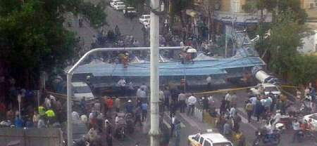 باد شدید در تهران/ سقوط داربست در خیابان 17 شهریور تهران+تصویر