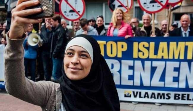سلفی دختر با حجاب با مخالفان مسلمانان! /عکس