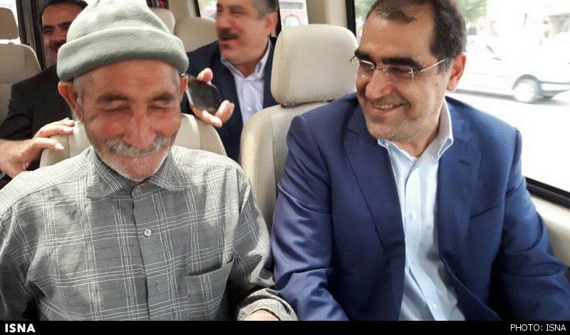 پیرمردی که میهمان خودروی وزیر بهداشت شد+تصاویر