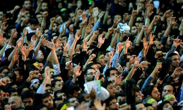 تذکر صریح رهبرانقلاب در واکنش به شعارهای دلواپسانه در حرم امام: رقابتهای انتخاباتی سرجای خودش است اما اتحاد باید حفظ شود.