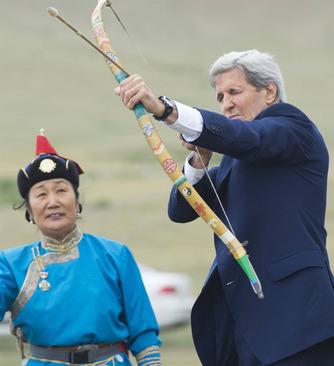 تیراندازی جان کری با کمان مغولها +عکس