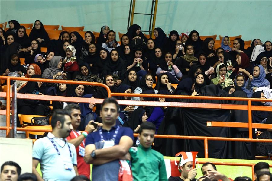 بانوان ایرانی به استادیوم آزادی راه پیدا کردند+تصاویر