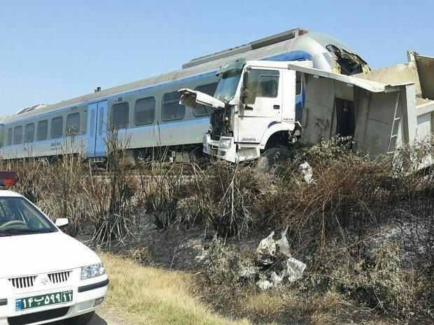 برخورد قطار و کامیون در گلوگاه/ ۳۰ نفر مصدوم شدند