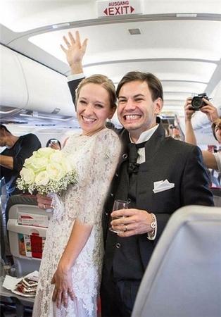 اولین مراسم خواستگاری و ازدواج داخل هواپیما +تصاویر