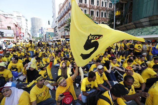 Afbeeldingsresultaat voor عکس هزاران تن از معترضان پیراهن زرد مالزی دیروز (شنبه)