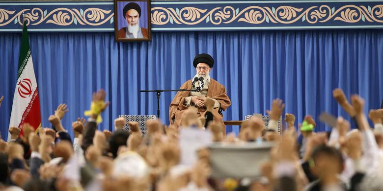 رهبر انقلاب: بیعقلها از یک طرف گفتند جانم فدای ایران، از یک طرف پرچم ایران را آتش زدند!