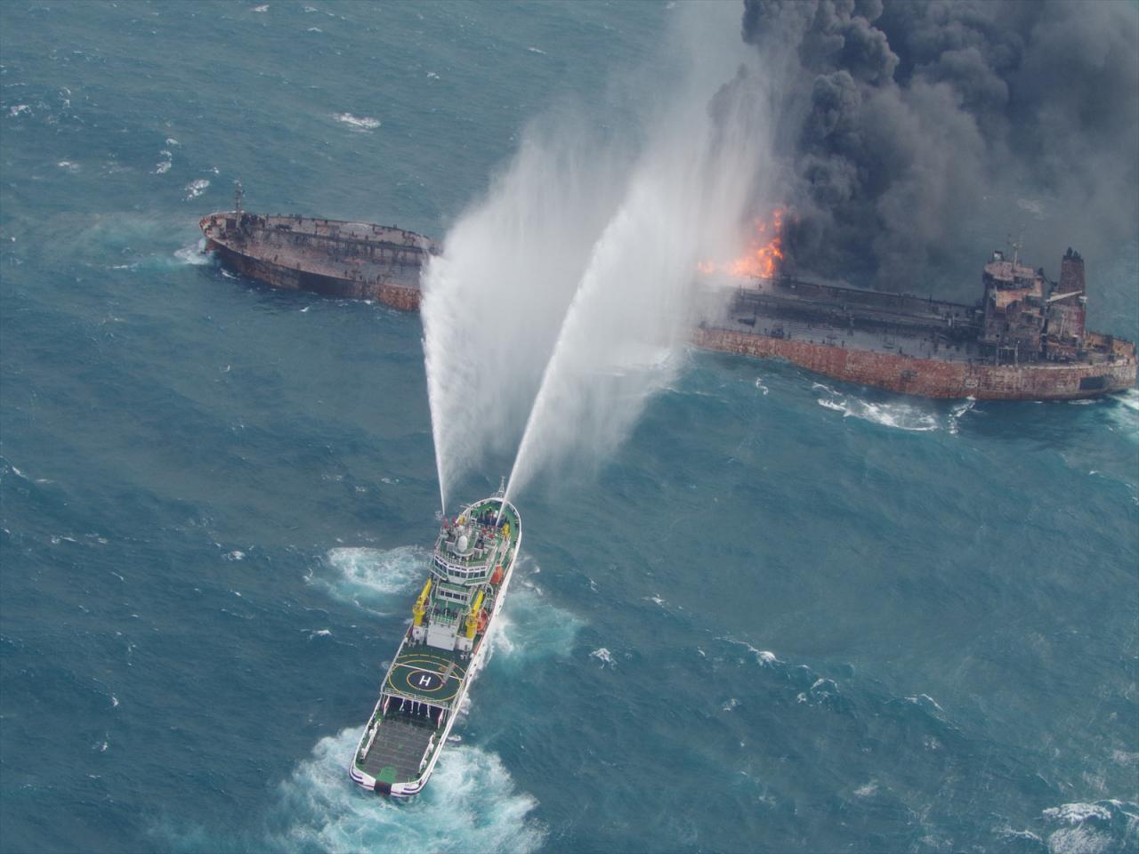 2 پیکر جدید در نفتکش ایرانی پیدا شد / ماموران تکاور ارتش ایران آماده ورود به کشتی