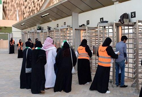 ورود زنان عربستانی به استادیوم فوتبال برای اولین بار + عکس