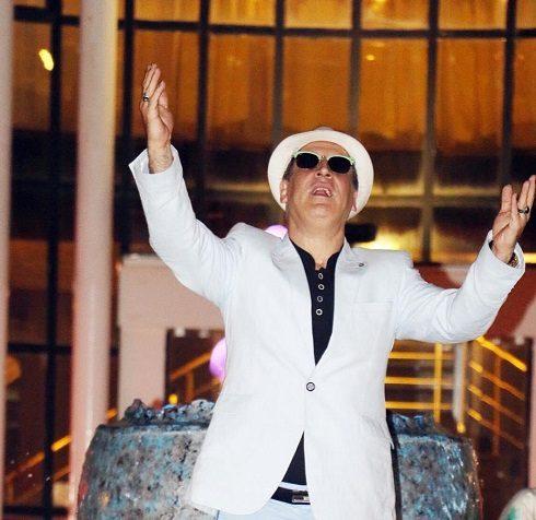 ژست عجیب مجری مشهور تلویزیون/عکس