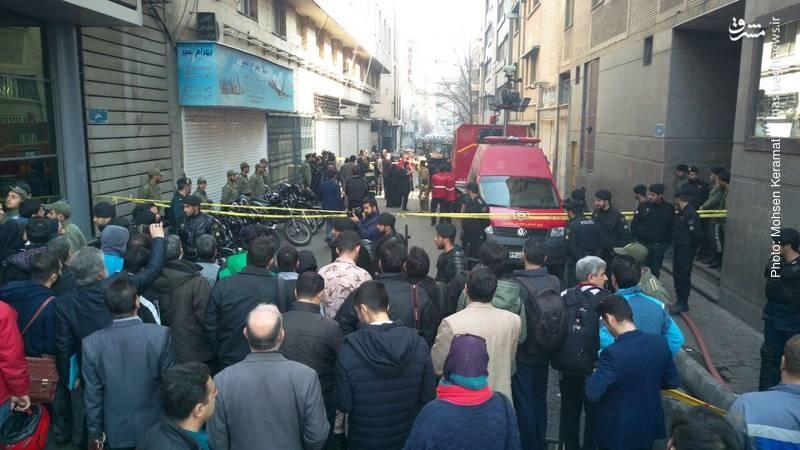 عکس/ تجمع مردم در محل آتشسوزی ساختمان وزارت نیرو