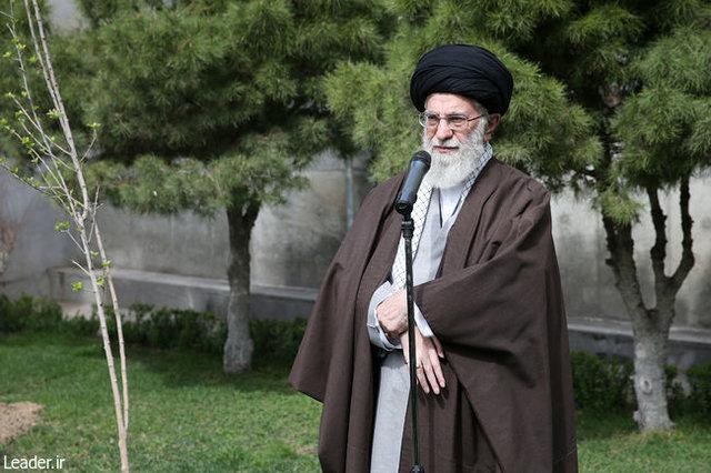 رهبر معظم انقلاب اسلامی همزمان با غرس دو اصله نهال میوه: مسئولان مانع از بین رفتن درختان و باغات موجود در شهرها شوند