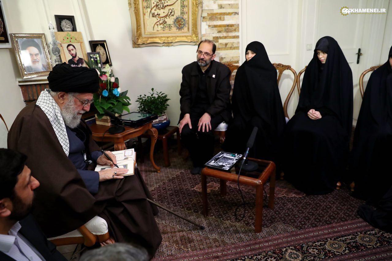 عکس/ تصویری از حضور رهبر انقلاب در منزل شهید محمدحسین حدادیان