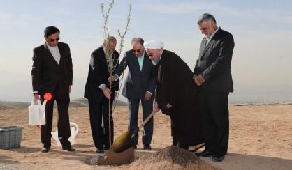 رئیس جمهور: بیابان زایی خطری برای کشور است/دعوت از مردم برای حفاظت از محیطزیست و درختکاری+فیلم و عکس