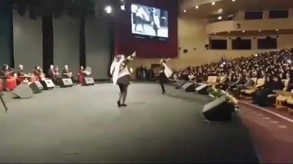 توضیح شهردار تهران درباره رقص جنجالی دختربچه ها در برج میلاد/خبرنگار فارس: چرا اجراکنندگان مراسم را تشویق می کردید؟/نجفی: من هنرمندان را تشویق کردم/خبرنگار: بهتر نبود مراسم را ترک می کردید؟/نجفی: نه، چرا باید ترک می کردم+فیلم و عکس