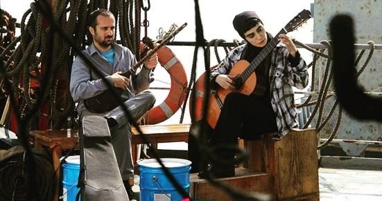 خانم و آقای بازیگر در حال نوازندگی روی کشتی/عکس