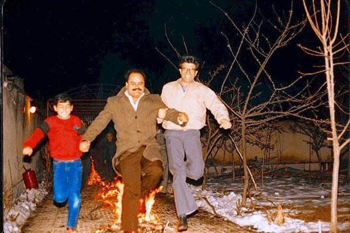 محمدرضا و همایون شجریان کنار اکبر عبدی در حال پریدن از روی آتش/ عکس