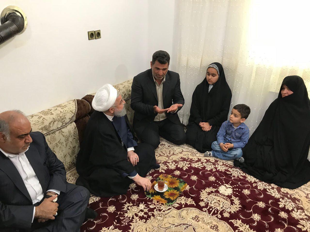 عکسی از حضور حسن روحانی در کانکس زلزلهزدگان کرمانشاه