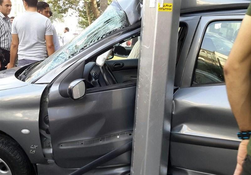 ورود ناگهانی تاکسی به نمایشگاه اتومبیل/دو نفر مصدوم شدند+تصاویر