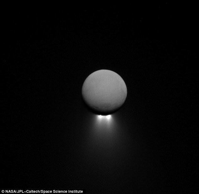 فوران آب از جنوب قمر زحل+تصاویر
