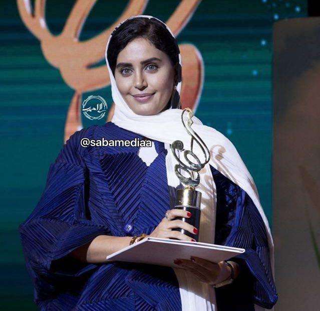 عکس/ «الناز شاکردوست» در لحظه دریافت جایزه بهترین بازیگر زن
