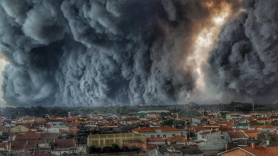 تصویر باورنکردنی از دیوار بلند دود در آسمان پرتغال