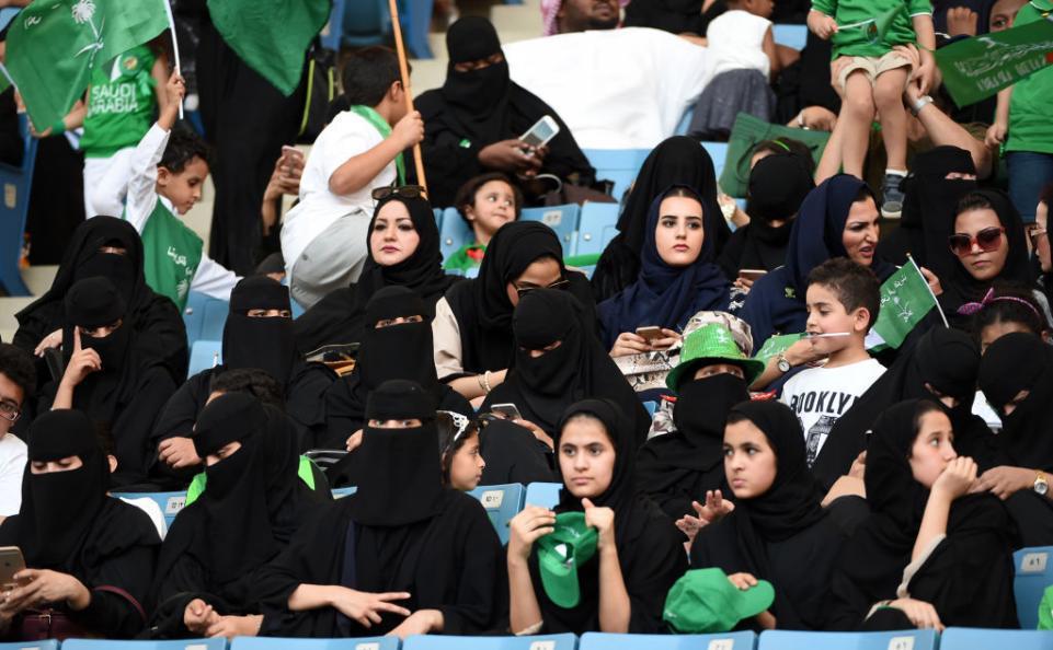 کنار رفتن سد ورود زنان به ورزشگاه در محافظهکارترین کشور جهان /ولیعد جوان به دنبال اصلاحات؟