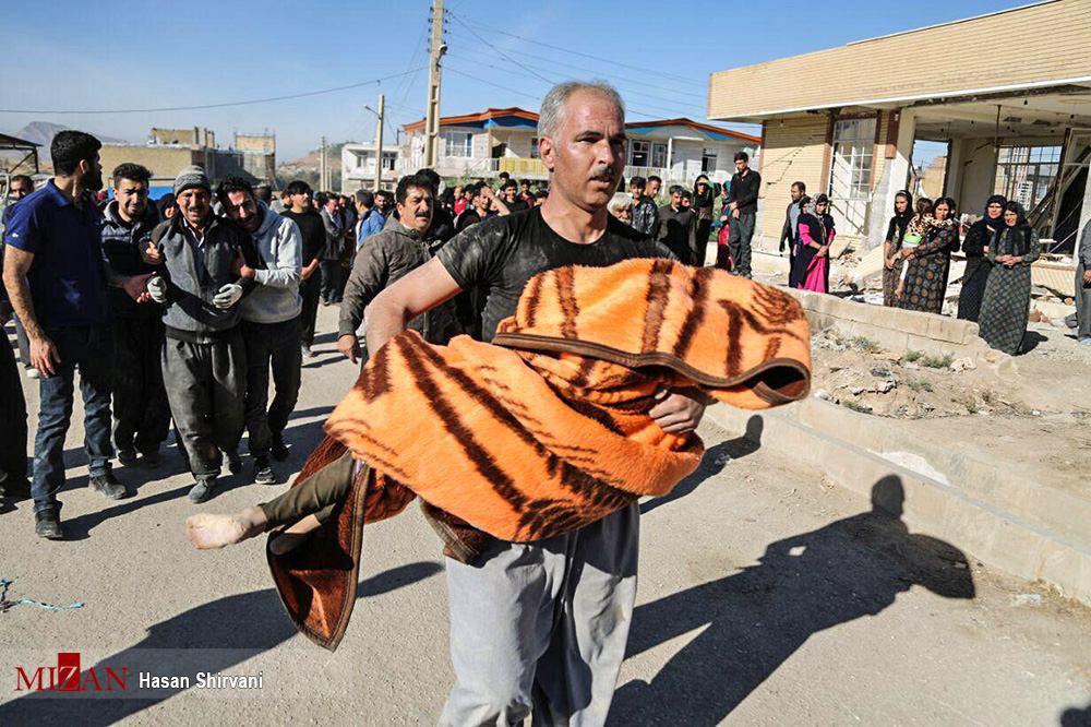 لحظات تلخ بعد از زلزله در کرمانشاه/عکس