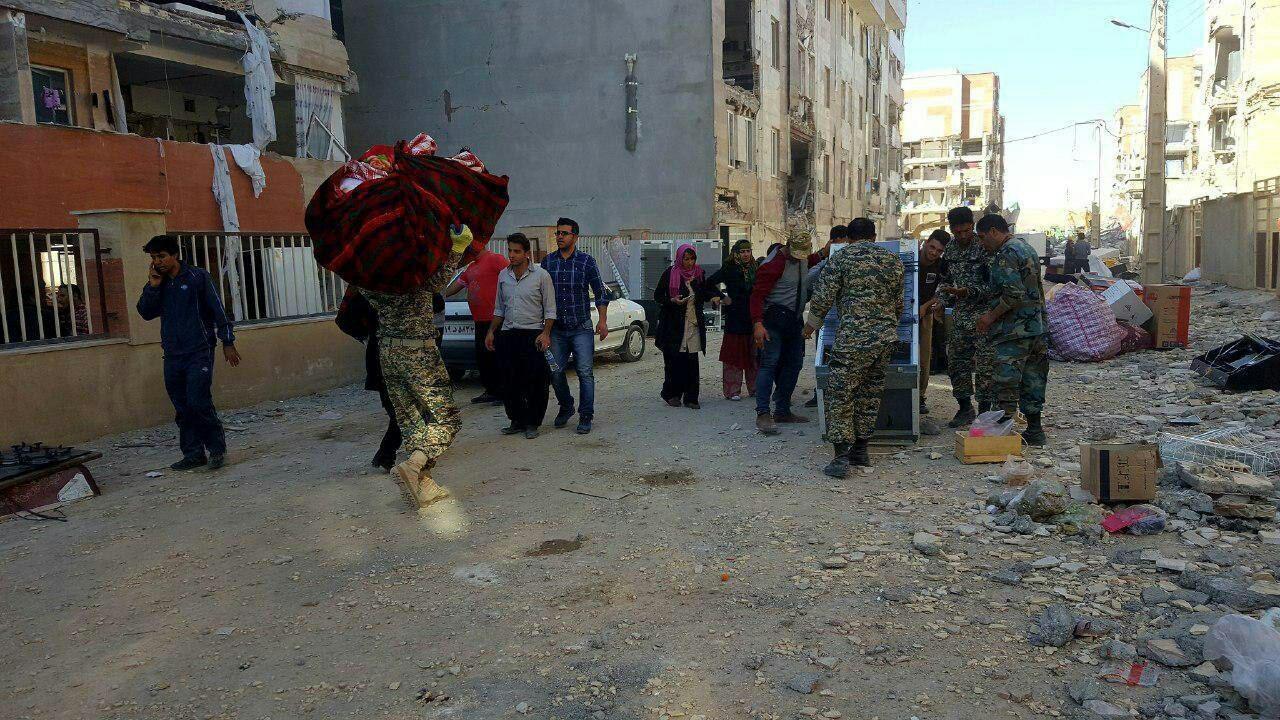 تصویری از جابجا کردن وسایل مردم زلزلهزده توسط حرفهای ترین نیروهای ارتش