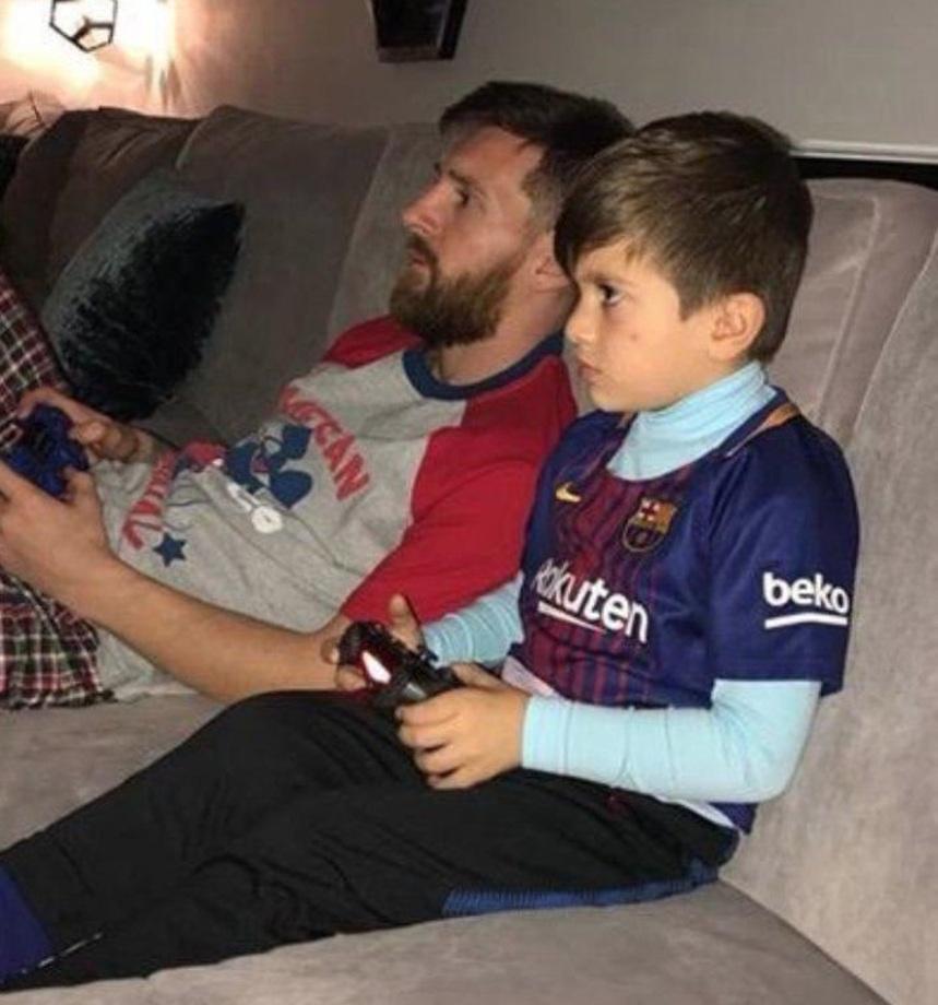 مسی و پسرش در حال پلی استیشن بازی کردن+عکس