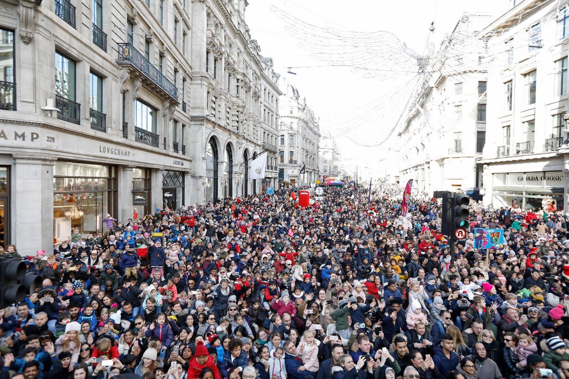 تصاویر / رژه اسباببازیهای غولپیکر در خیابانهای لندن