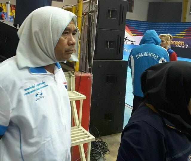 دختر رییس فدراسیون روسری بر سر مربی مرد تایلندی کرد
