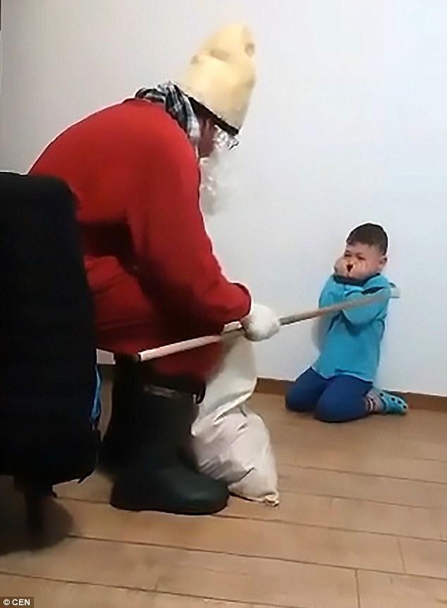 وحشت پسر ۵ ساله از بابانوئل سوژه شد +عکس