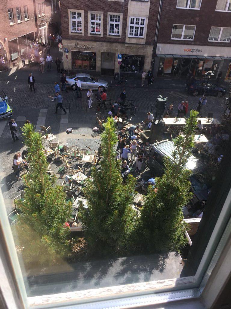 ورود خودرو به میان عابران پیاده در آلمان/ 3 کشته و 30 زخمی/ علت حادثه مشخص نیست +عکس