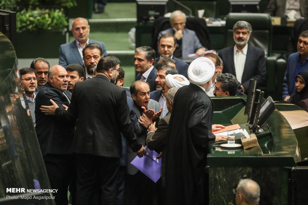 تشنج در صحن مجلس هنگام سخنرانی روحانی