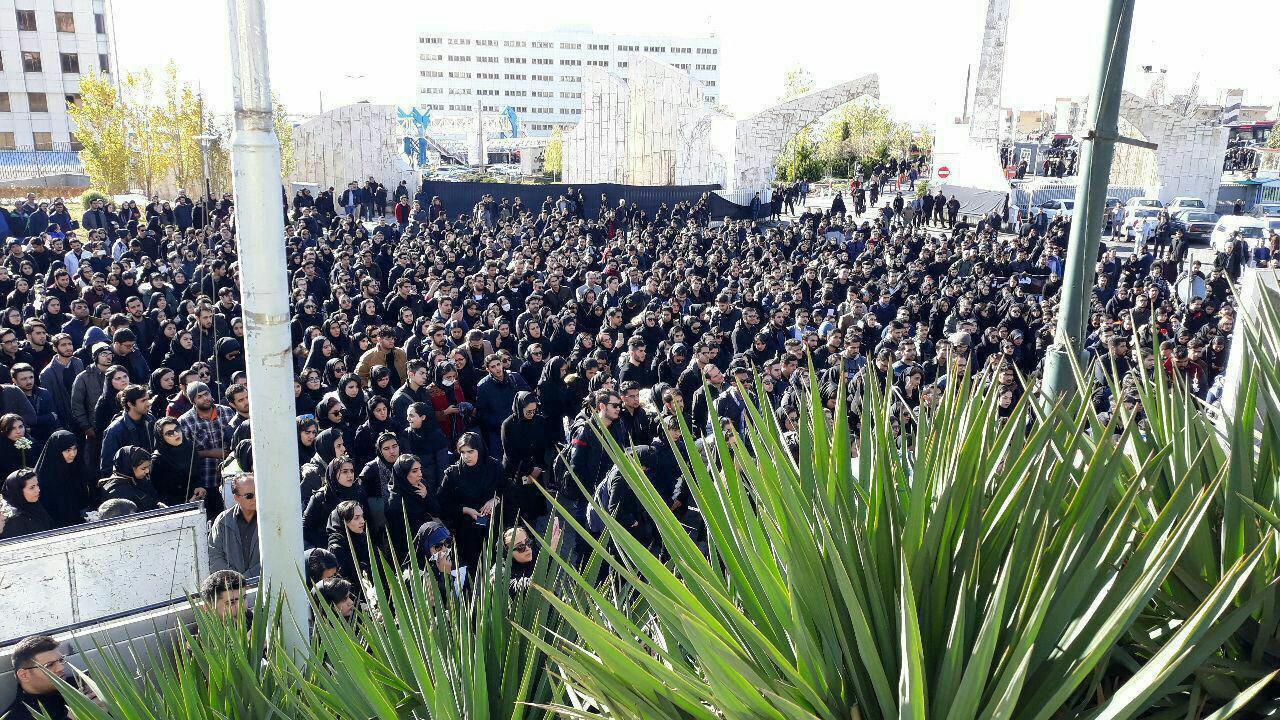تجمع اعتراضی دانشجویان دانشگاه آزاد و درخواست برکناری ولایتی+فیلم و عکس
