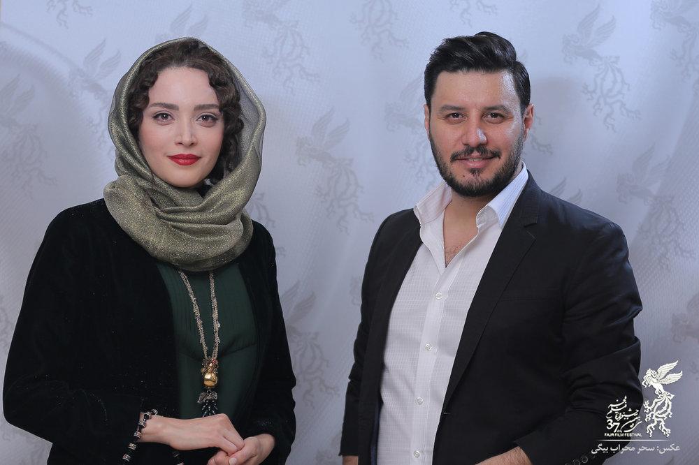 عکس یادگاری بهنوش طباطبایی با جواد عزتی در آتلیه جشنواره فجر