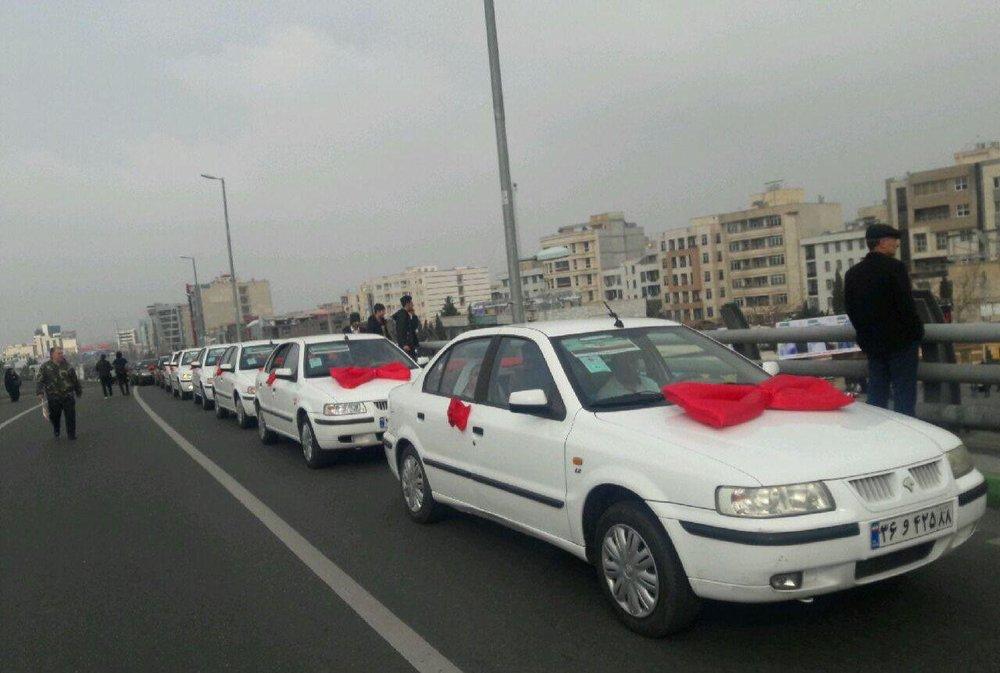 عکس/ کاروان چهل عروس و داماد در مسیر راهپیمایی کرج