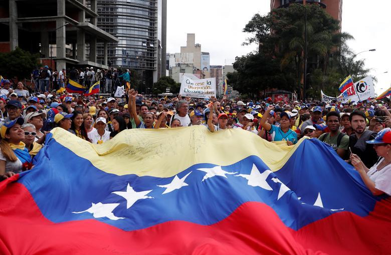 چگونه ثروتمندترین کشور آمریکای لاتین دچار فقر و بحران سیاسی شد؟ اپوزیسیون و دولت ونزوئلا چه میگویند؟